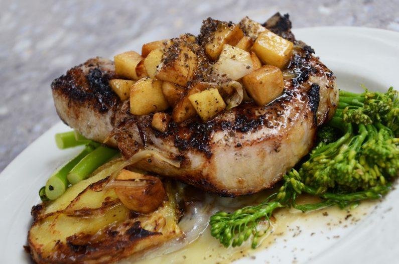 Steak und Gemüse symbolisiert eiweißreiches Essen
