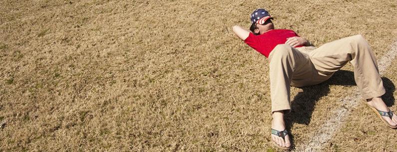 mann schläft im Feld